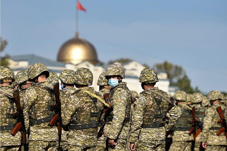 Президент Киргизии подписал указ о повторном введении в Бишкеке режима ЧП - комендантском часе и патрулировании улиц войсками