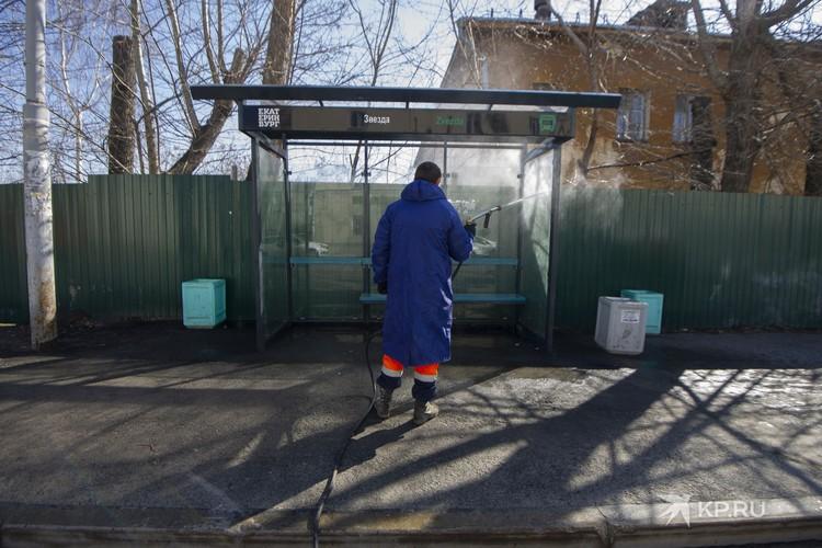 Весной в столице Урала начали обрабатывать остановки дезинфицирующим раствором.