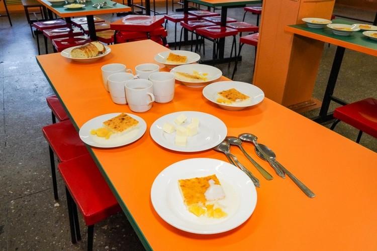 Оказалось, что большую часть блюд дети не едят, а оставляют на столах - невкусно. Фото: Андрей Петров (правительство Приморского края)