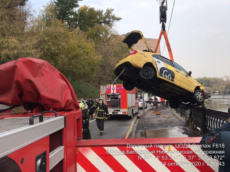 В утреннем ДТП с участием такси в центре Москвы погиб водитель. Фото: Дептранс