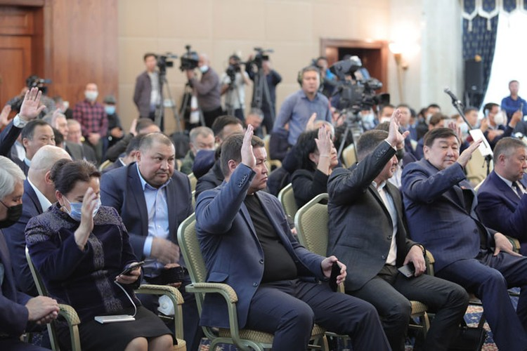 Депутаты единогласно утвердили кандидатуру и состав правительства простым поднятием руки.