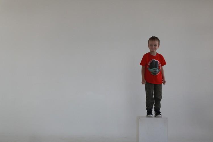 Многие внимательные пермяки узнали мальчика по фото. Сейчас Артем смотрит с билбордов и призывает людей поделиться лекарством от рака, как это сделала его мама. Фото: Петр Граждан.