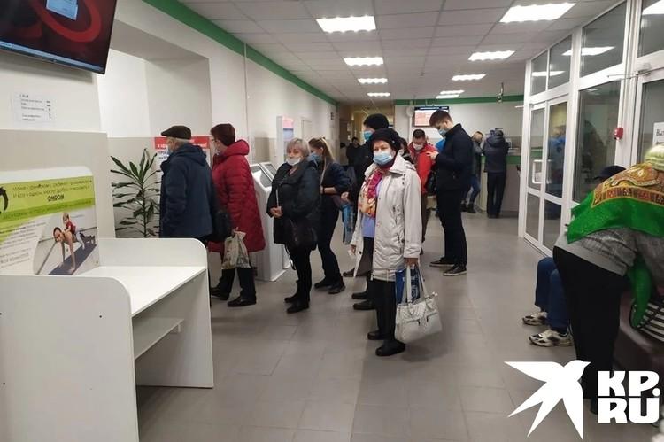 В некоторые поликлиники люди приходят и стоят в очереди, чтобы вызвать врача на дом. Фото: Вадим АЛЕКСЕЕВ