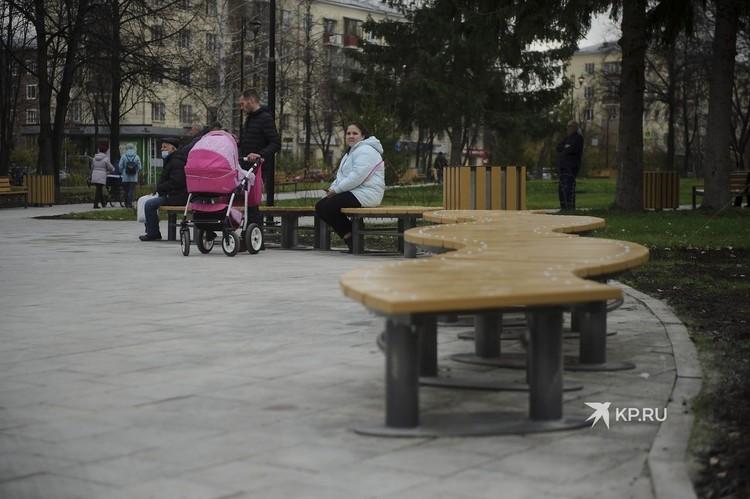 В сквере поставили новые скамейки.