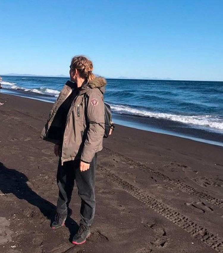 """Журналистка """"Комсомолки"""" Дина Карпицкая на Халактырском пляже."""