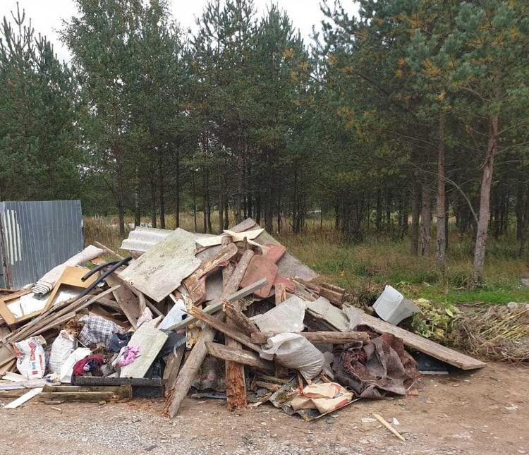 Жители Невской Дубровки заметили странное: некие люди выгрузили строительный мусор и уехали. Фото: предоставлено администрацией Ленобласти