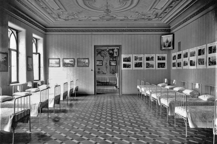 В 1915 году внутренние комнаты были переделаны в медицинские палаты. Фото: vk.com/vyatkawalks