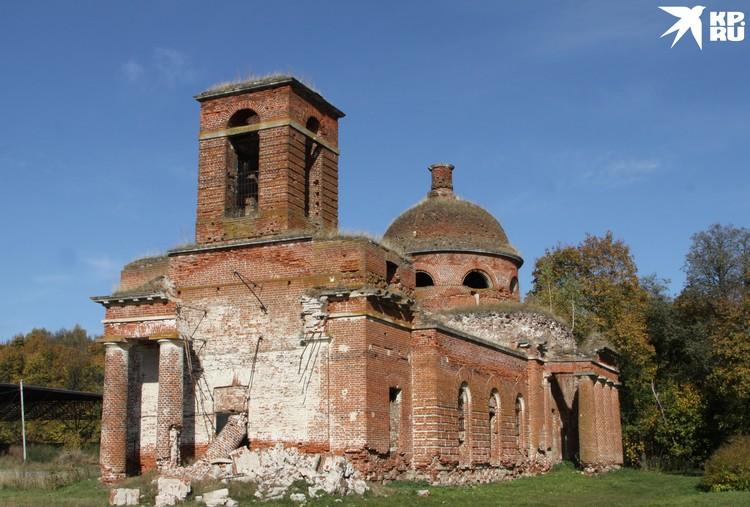 Храм в Осове будто после войны...