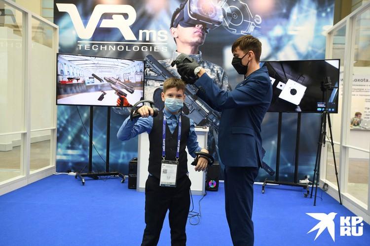 Любой желающий мог надеть специальный VR-шлем, разобрать автомат, потом собрать и пострелять в тире.