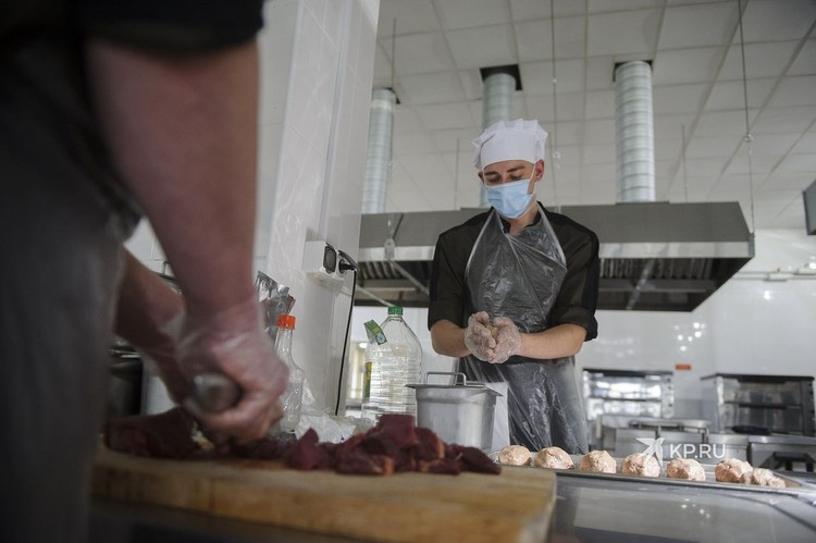 Пока один повар готовит шурпу, другой делает люля-кебаб.