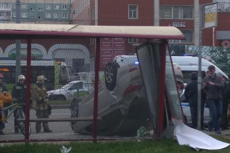 От удара легковушка легла на крышу. Фото: vk.com/strnov