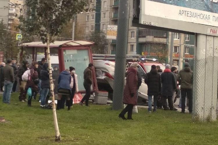 В момент удара на остановке было полно народа. Фото: vk.com/strnov