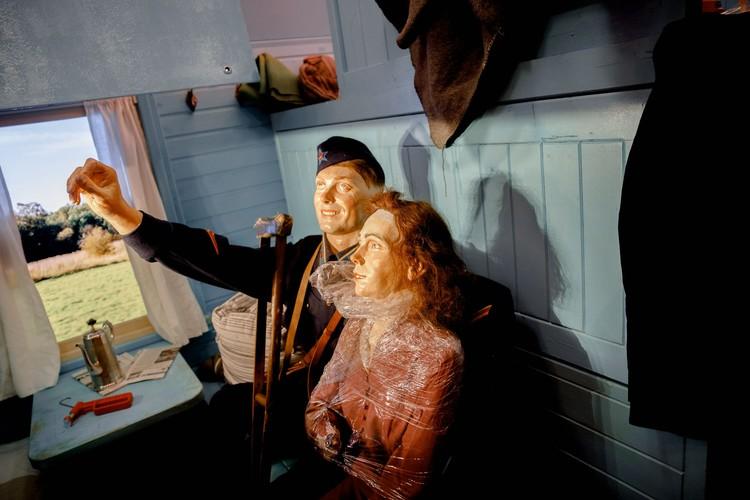 """Почти у каждой скульптурной фигуры в этом поезде есть реальный прототип, чье лицо было воссоздано по снимкам военных лет. Фото пресс-службы АНО """"Национальные приоритеты""""."""