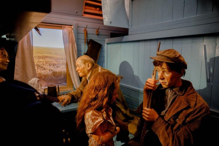 """Выставка организована предельно реалистично — даже пейзажи за окном пассажиры видят не современные, а времен 40-х годов. Фото пресс-службы АНО """"Национальные приоритеты""""."""