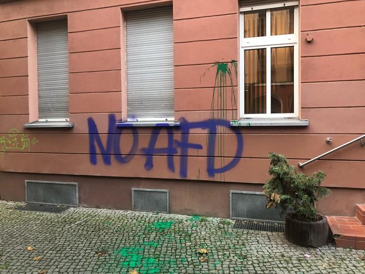 """Привет от уличных активистов на фасаде отеля - """"Нет АдГ!"""""""