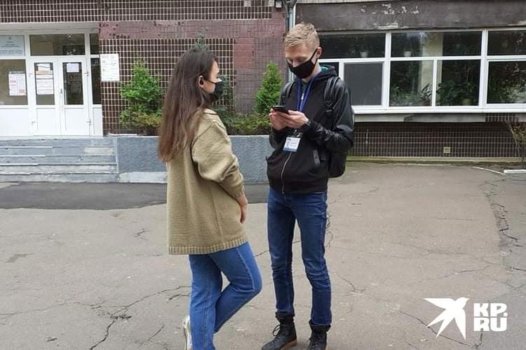 Волонтеры возле избирательного участка