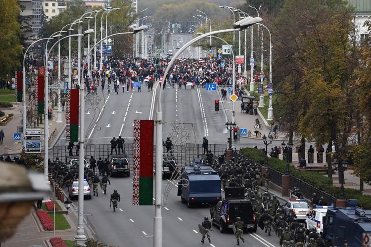 Колонна демонстрантов движется на заграждение.