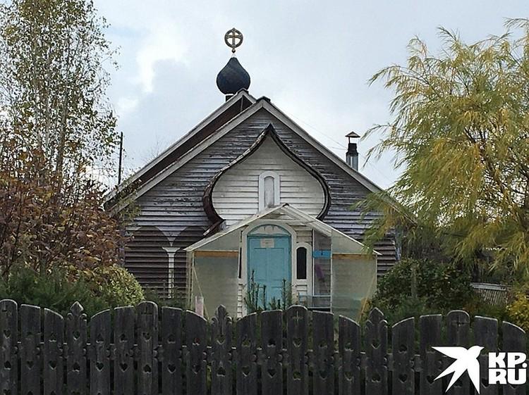 """На странных церквях объявление: """"Закрыто""""."""