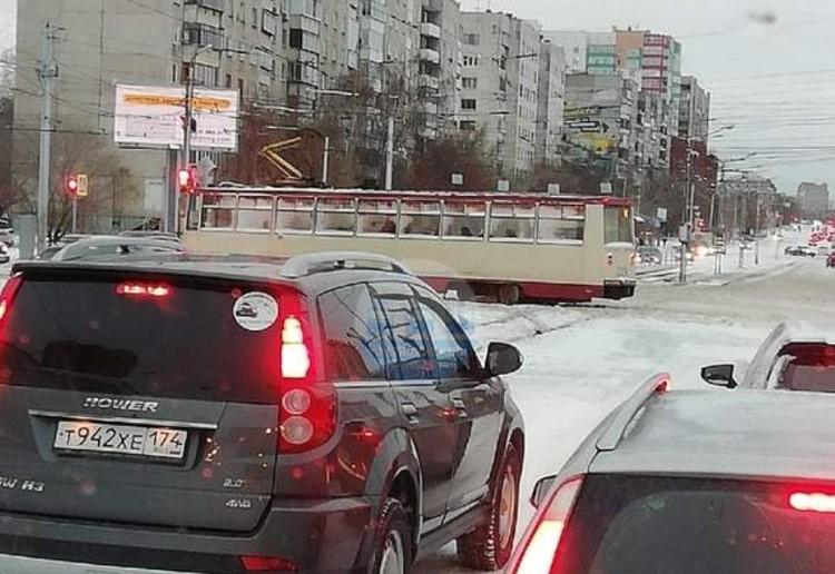 """В центре Челябинска трамвай сошел с рельсов. Фото: сообщество """"Челябинский транспорт""""."""