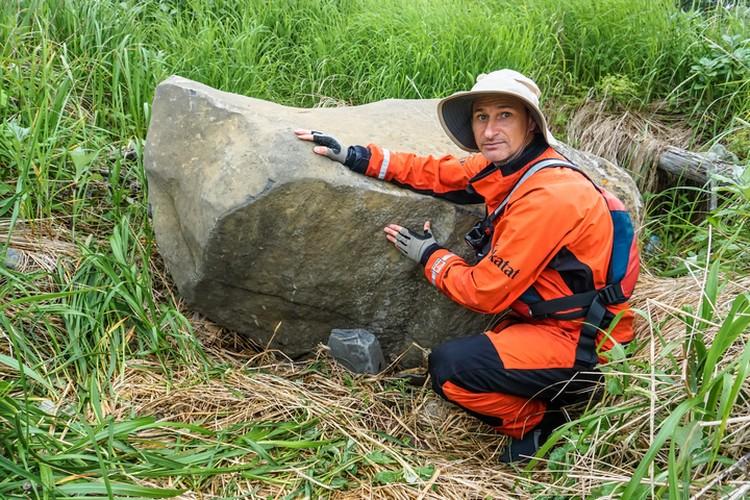 Найденный монолит резко выделяется на фоне остальных камней в этой местности