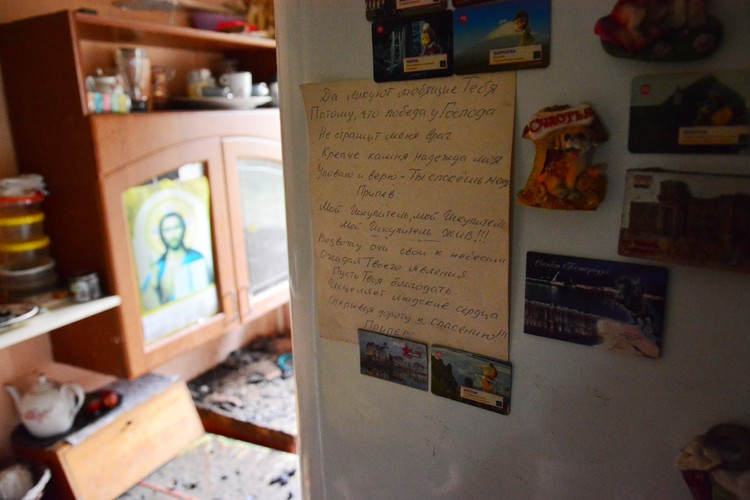 На кухне висит календарь со Спасителем, на дверце холодильника - текст молитвенной песни.