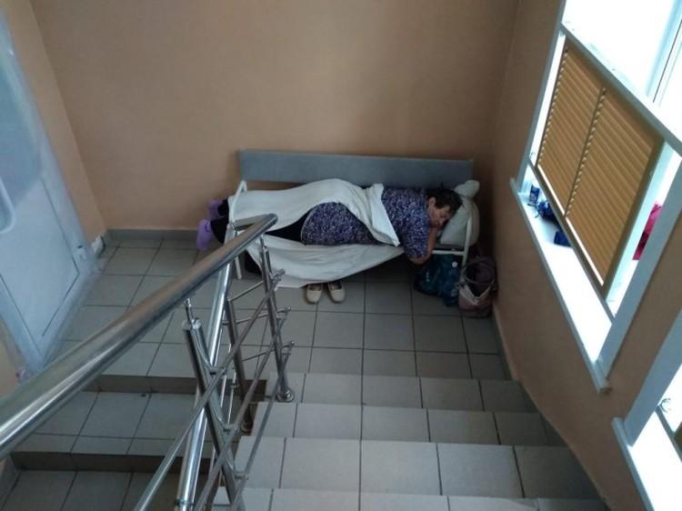 В медучреждениях ситуация не лучше. В больнице города Куйбышева под Новосибирском кровати для больных коронавирусом поставили на лестнице. Фото: предоставлено «Сибкраем»