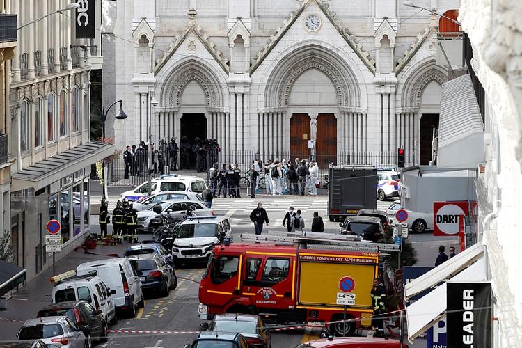В римско-каталической базилике Нотр-Дам исламский экстремист зарезал троих и нескольких ранил