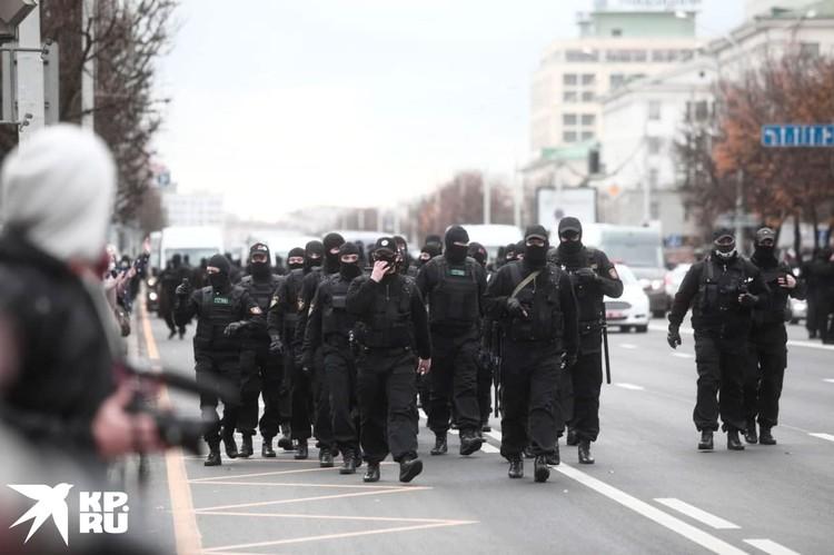 Очевидцы сообщали о хлопках, похожих на выстрелы. Позже в пресс-службе МВД подтвердили, что силовики стреляли в воздух. Фото: Иван Иванов