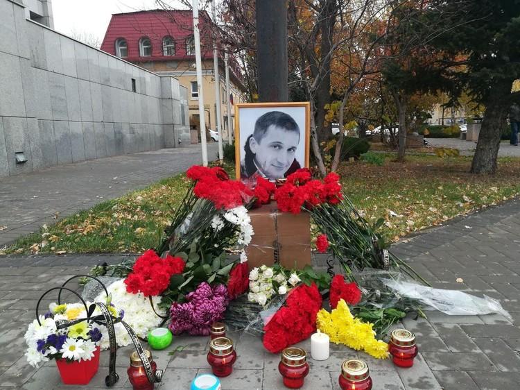 К банку, где произошло жестокое избиение, волгоградцы несут цветы и свечи.