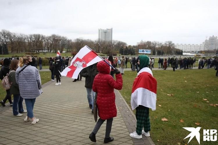 Кто-то разворачивает красно-белые флаги, кто-то пытается скандировать «Живе Беларусь». Фото: Иван ИВАНОВ