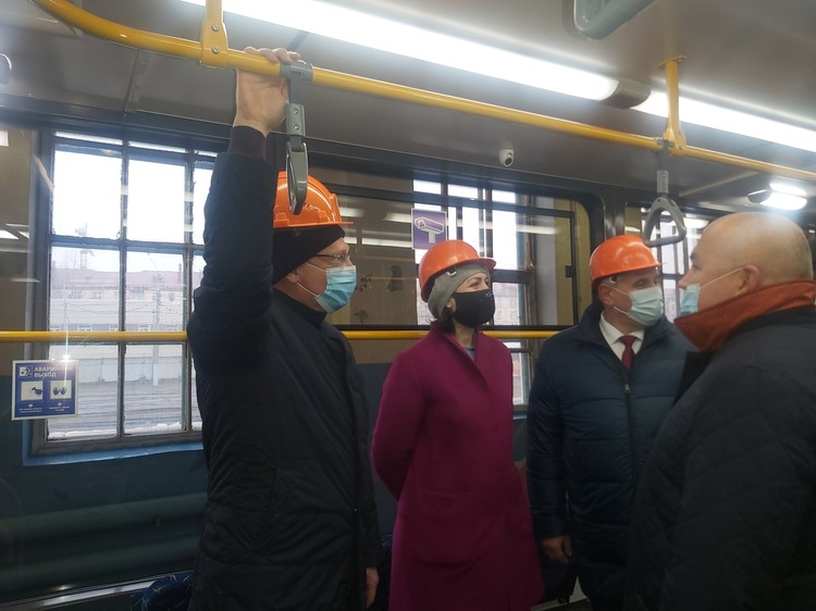 Губернатор Омской области Александр Бурков и мэр Омска Оксана Фадина оценили качество и удобство новых вагонов.