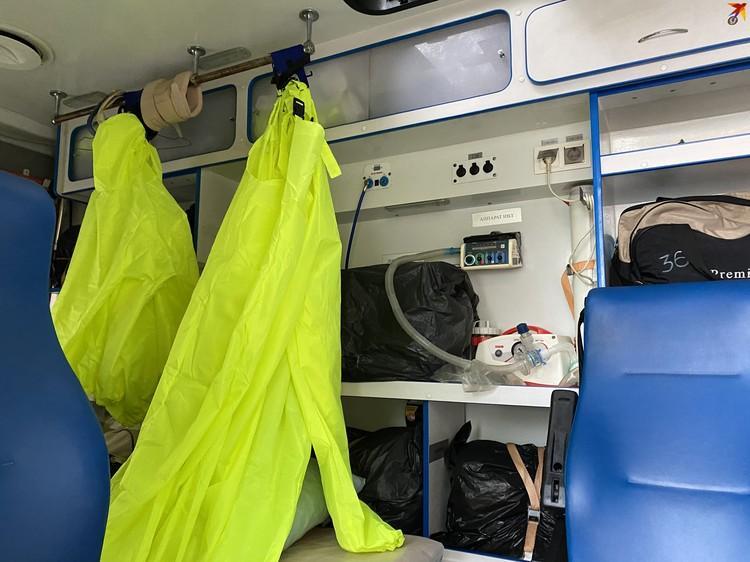 В салоне машины скорой помощи все аппараты закрыты пакетами - чтобы во время обработки не поржавели