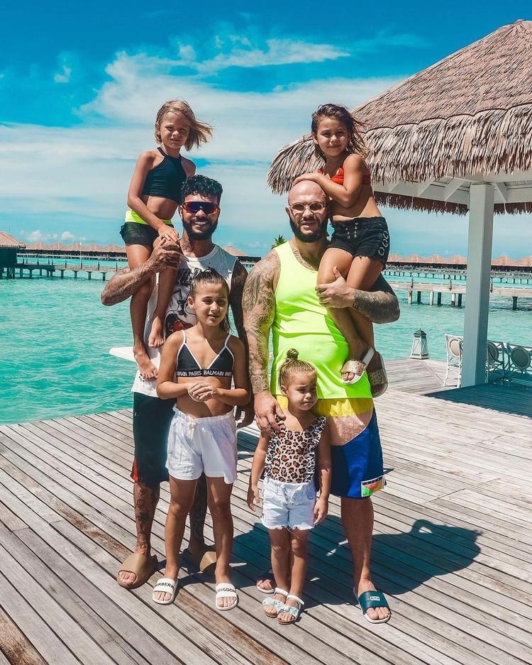 Тимати и Джиган с детьми на Мальдивах заимаются серфингом и посещаю спа