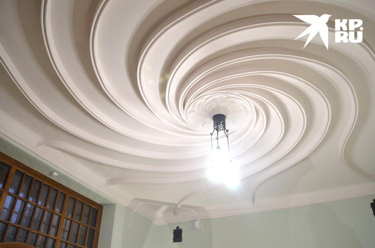 Гордость реставраторов, возвращение оригинального потолка Шехтеля оказалась немного преувеличенной...