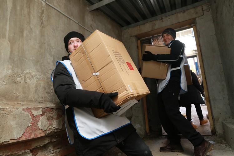 В работе помогают волонтеры.