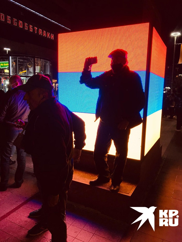 Из громкоговорителя без остановки читали имена погибших в Карабахе
