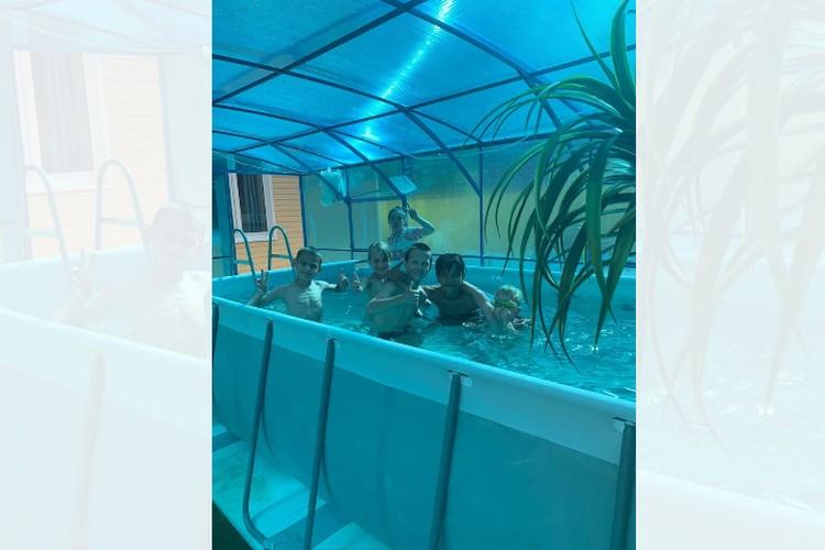 Ближе к лету на своем участке Ощепковы построили крытый бассейн. Фото из архива семьи