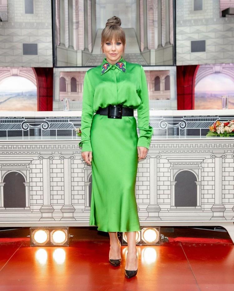 Юлия Барановская превратила платье в праздничное с помощью пояса и отделки воротника