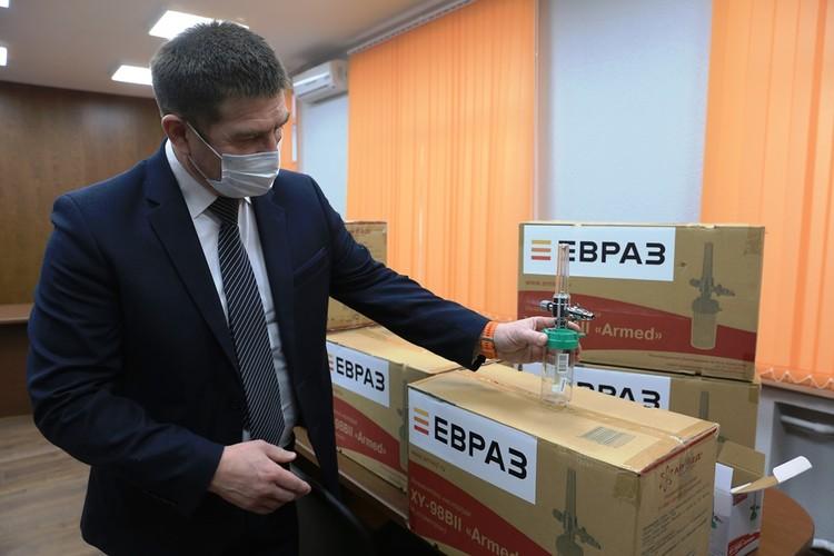Евгений Еремеев демонстрирует увлажнитель кислорода Фото: ЕВРАЗ