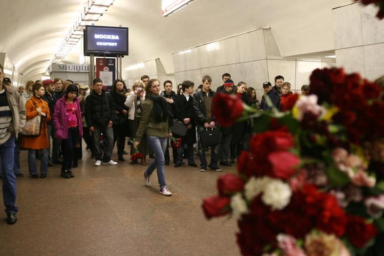 Возложение цветов в память о погибших на станции «Лубянка». Москва, 2010 год