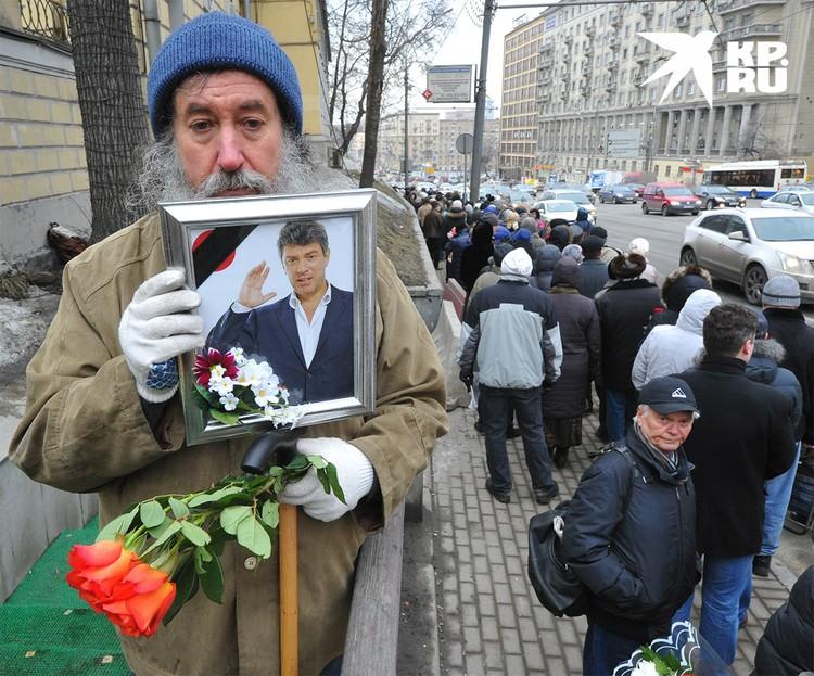 Во время церемонии прощания с Борисом Немцовым, март 2015 г.