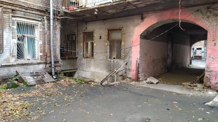 Дому, как говорят соседи, уже больше ста лет.