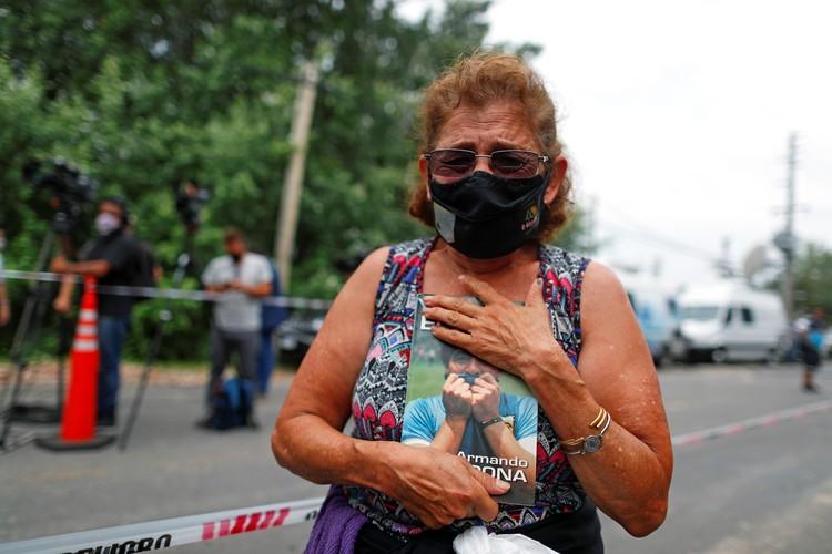 Жительница Буэнос-Айреса с портретом Марадоны