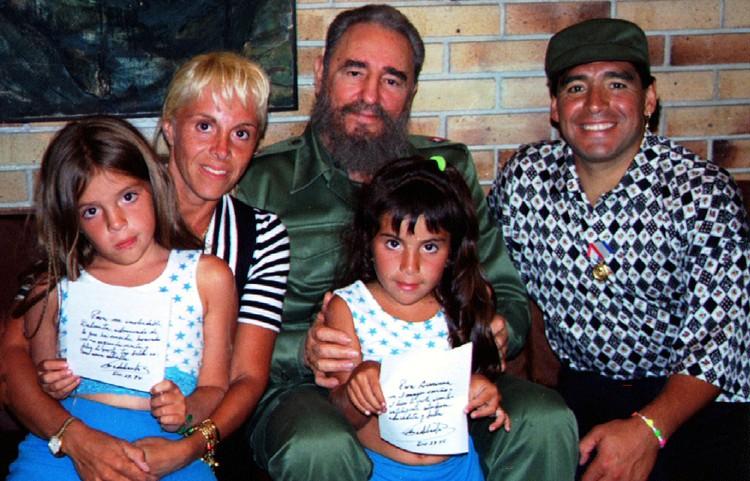 президент Кубы Фидель Кастро позирует с Аргентинской футбольной звездой Диего Марадоной, его женой Клаудией Вильяфане и их двумя детьми во время визита во дворец революции в Гаване