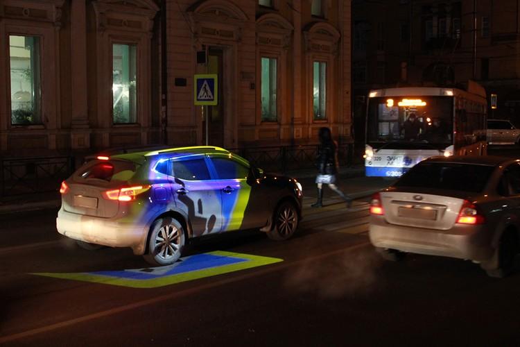 Проекция создана в первую очередь для безопасности пешеходов.