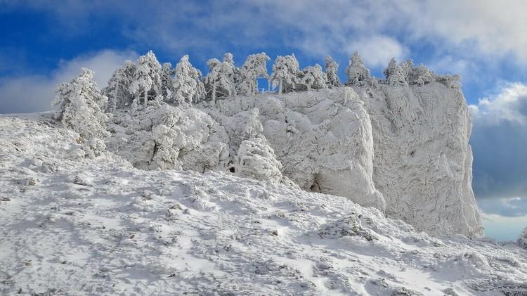 Снег на Новый год можно найти только на Ай-Петри. Фото: МЧС