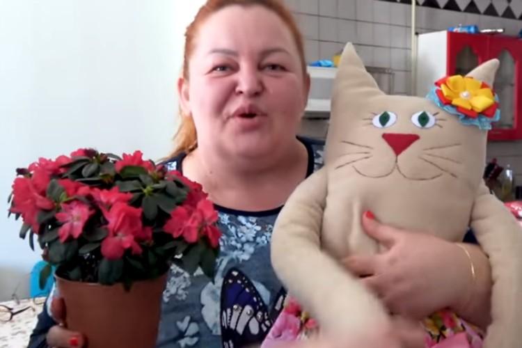 Леди Коготок с подарками от своих учениц, которые восхищались ей до кровавых операций. Фото: скриншот с видео на официальном канале «Леди Коготок» в Ютуб.
