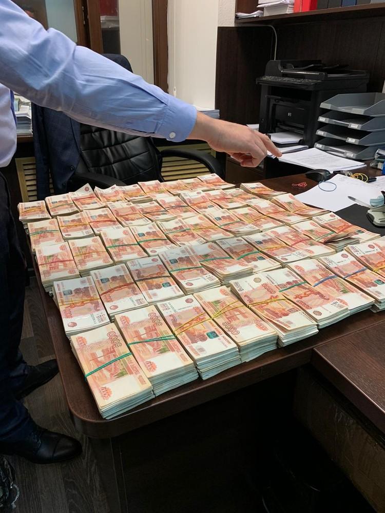 Большое количество купюр пересчитывали специальной машиной для банкнот. Фото УФСБ
