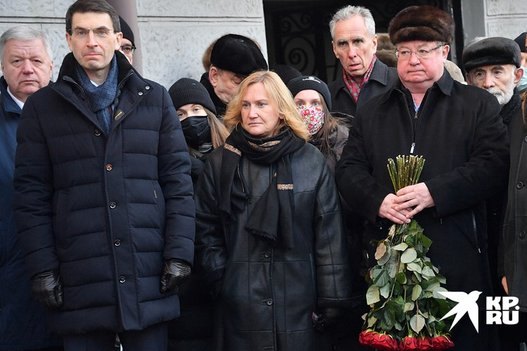 """Несмотря на морозец, у """"лужковского дома"""", народу собралось больше сотни"""