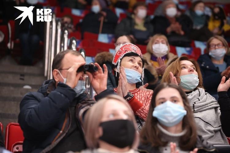 Зрители приходили с масками и покупали фирменные уже в ледовой арене - на память